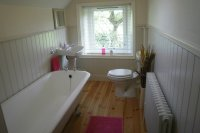 New Mills Holiday Cottage with Family Bathroom and separate shower room